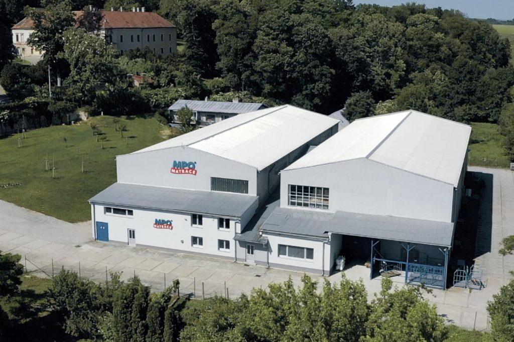 Matrace MPO neboli Milan a Pavla Obidovi je rodinná firma vyrábějící matrace ve Zdounkách. Začali matrace vyrábět, aby se nejen jim dobře spalo.